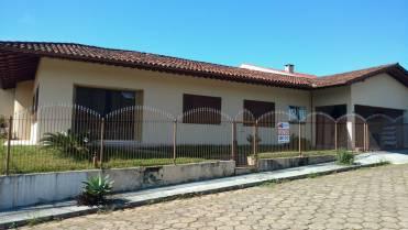 Linda Casa Plana Localizada em Rua Sem Saída